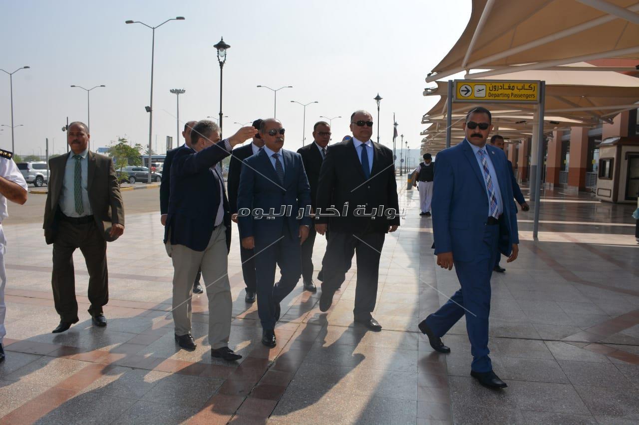 وزير الطيران المدنى يقوم بجولات ميدانية داخل مطار القاهرة