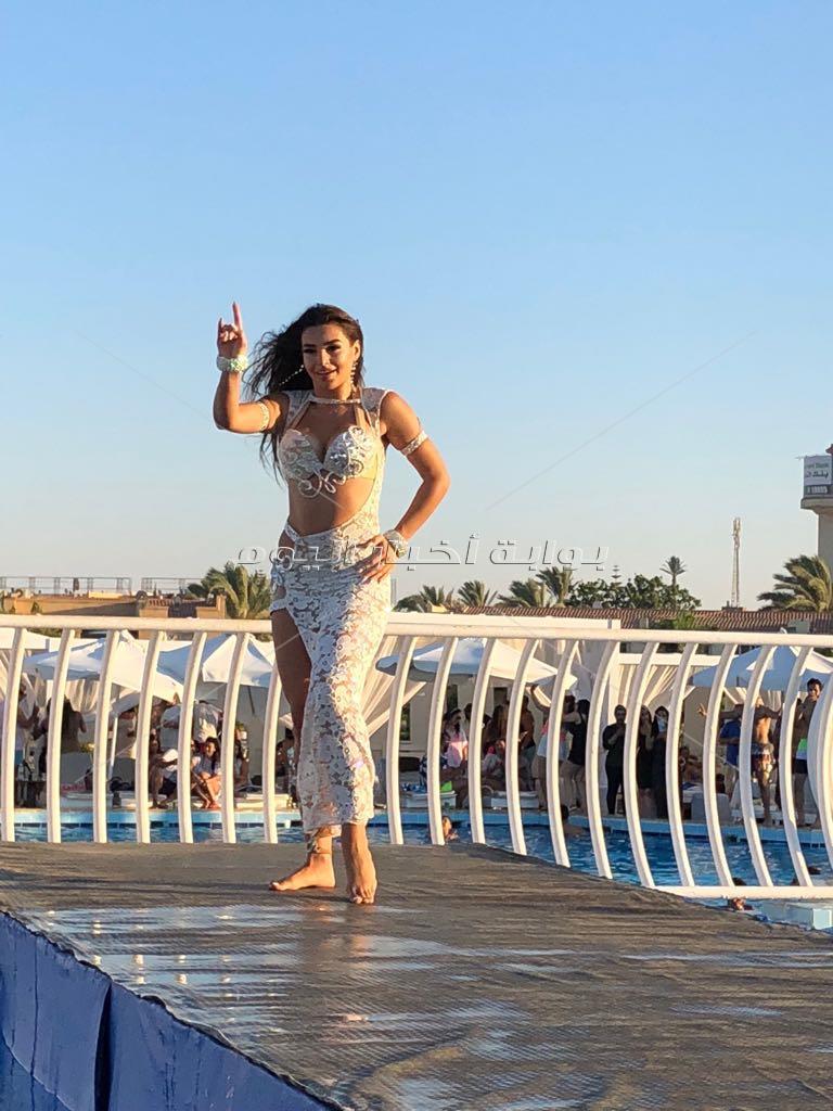 جوهرة تبدع برقصاتها المختلفة في «سكاى بول مارينا»