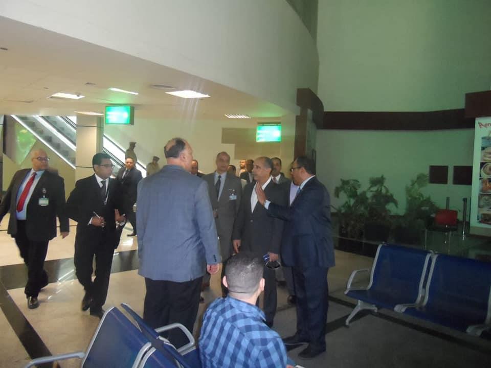جولات ميدانية لوزير الطيران بمطار بأسيوط الدولي