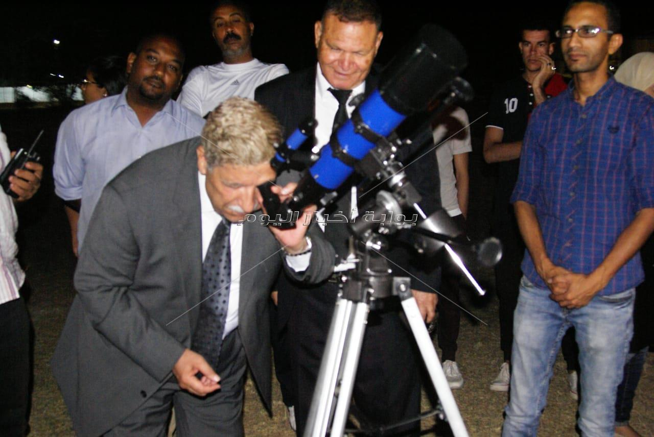 بالصور ... محافظ الاسماعيلية يشارك المواطنين رصد ظاهرة خسوف القمر
