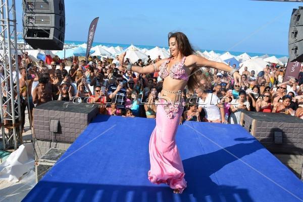جوهرة تُلهب أجواء «وايت بيتش» برقصاتها الشرقية