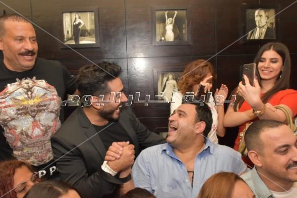 تامر حسني يشاهد «البدلة» مع الجمهور في سيتي ستارز
