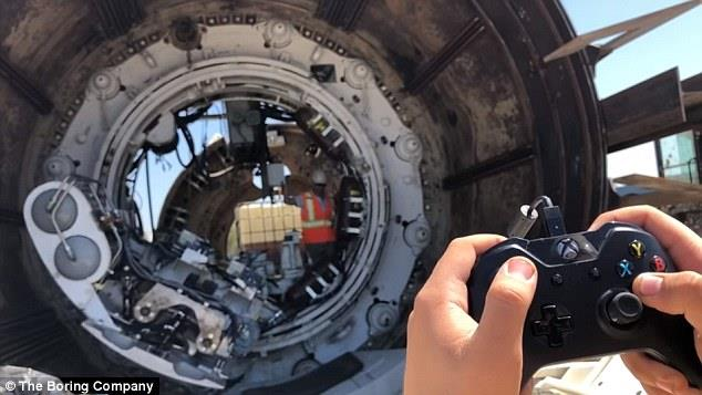 مهندس يتحكم في مكنة حفر «عملاقة»