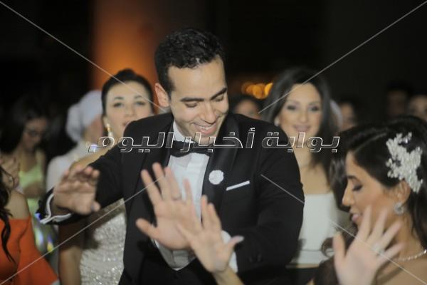 مصطفى حجاج يُغني «100 وش وخطوة» بزفاف «أحمد ونورا»