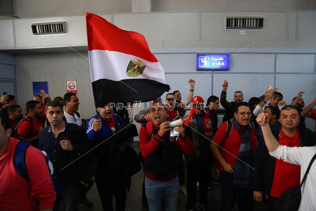 جماهير الأهلي تشعل الأجواء فور وصولها مطار قرطاج