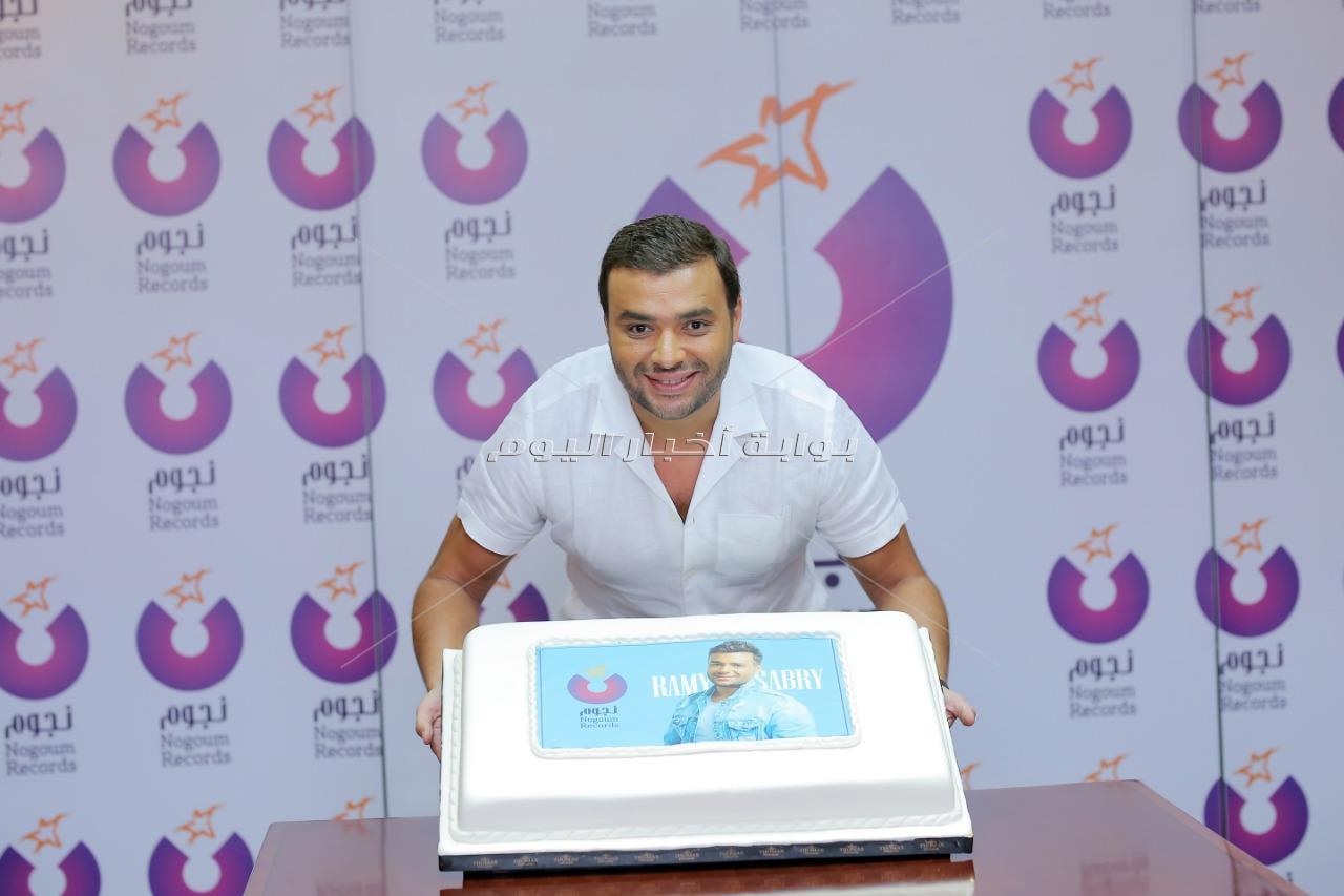 رامي صبري يحتفل بتوقيع ألبومه الجديد مع «نجوم ريكوردز»