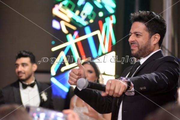 الجمهور يتفاعل مع محمد حماقي في زفاف «محمد وحنين»