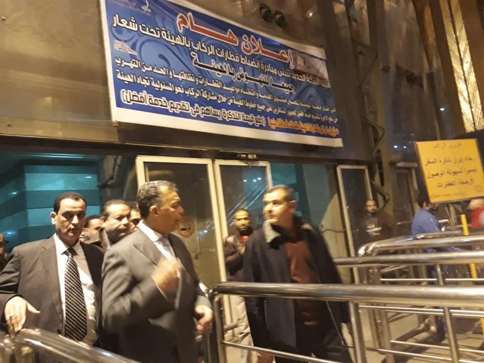 وزير النقل في جولة تفقدية مسائية مفاجئة بمحطة مصر للسكك الحديدية وعدد من محطات المترو