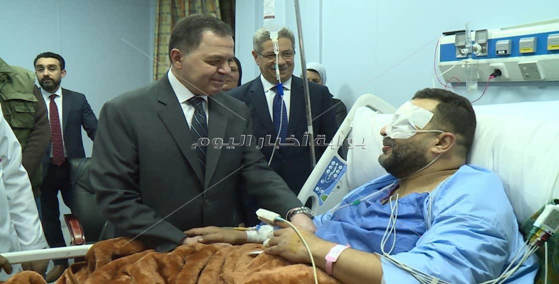وزير الداخلية يزور مصابين الدرب الأحمر