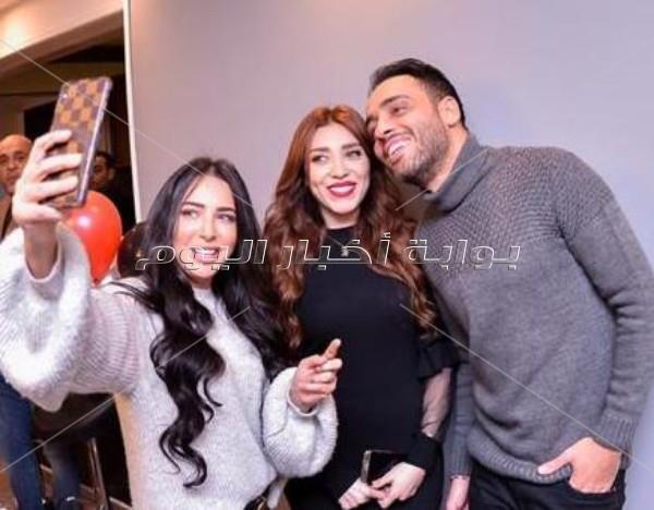 مصطفى قمر وساندي يفتتحان مركز تجميل زوجة رامي جمال
