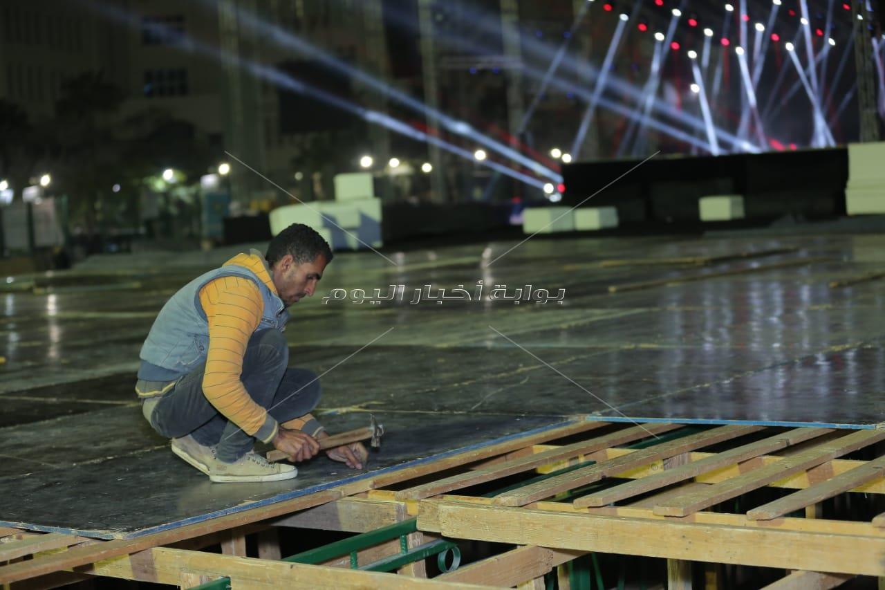 التجهيزات النهائية لحفل عمرو دياب في جامعة مصر