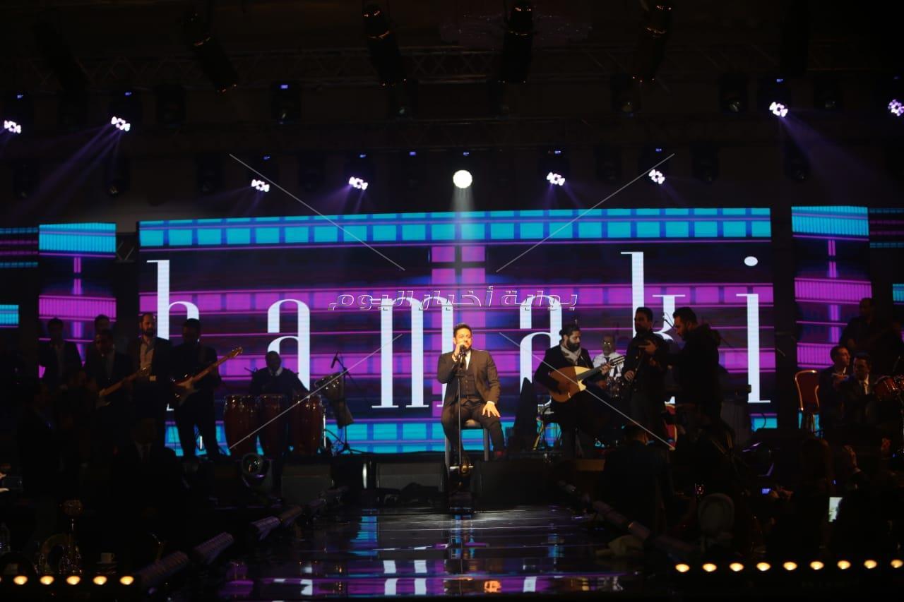 حماقي يُغني على كرسي بحفل القاهرة الجديدة