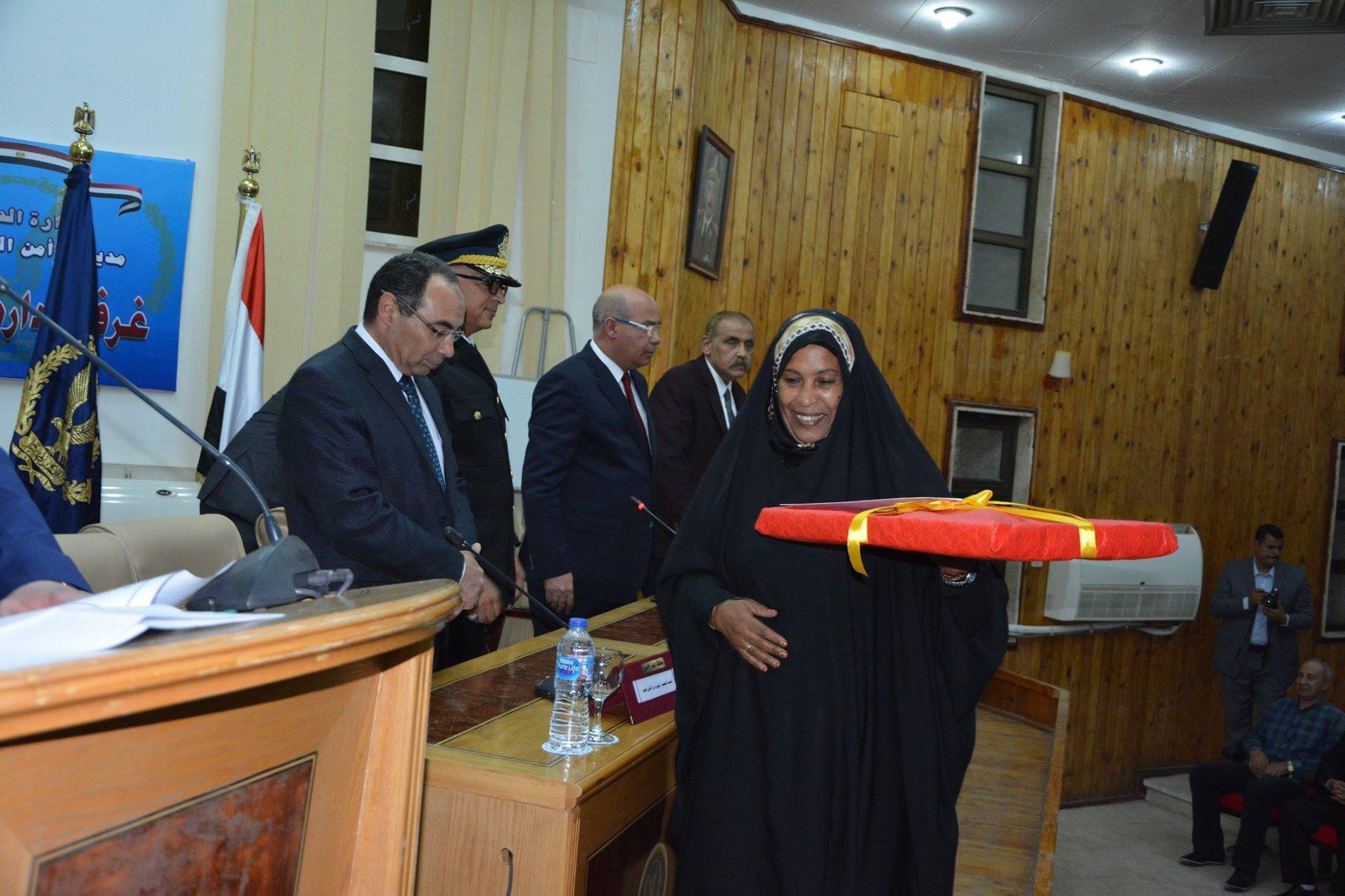 مدير أمن البحر الاحمر  يكرم الام المثالية وعدد من الظباط المتميزين بالمديرية