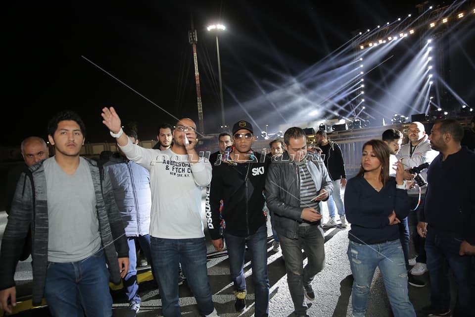 محمد رمضان يتابع تجهيزات حفله في «المنارة»