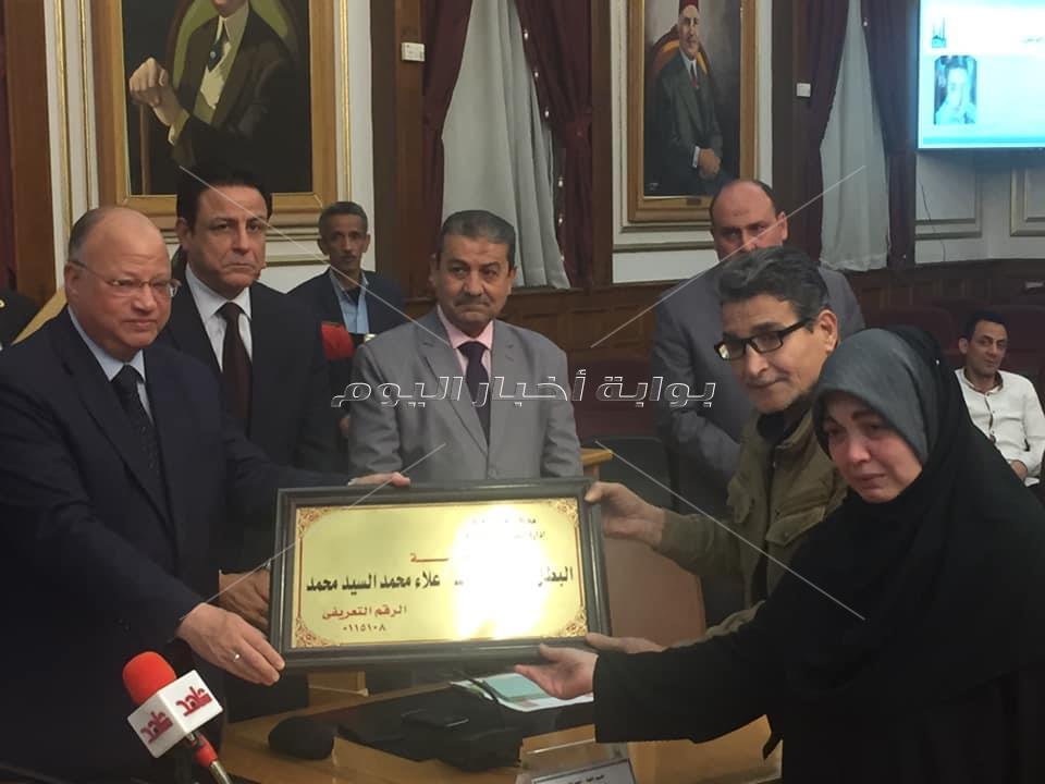محافظ القاهرة يكرم أسر شهداء الشرطة والجيش