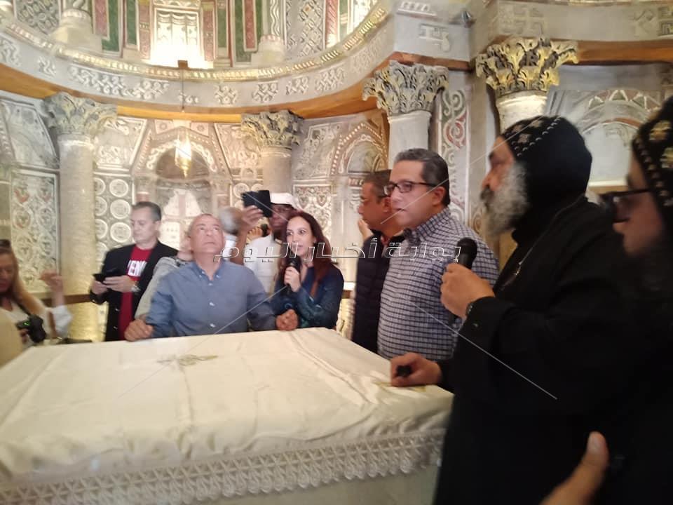 وزير الاثار في الدير الاحمر من الداخل