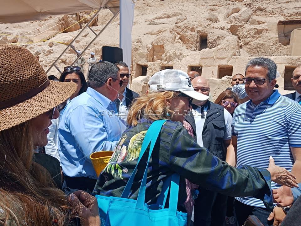 يسرا وليلى علوي يتفقدان مقبرة روي بالبر الغربي بالاقصر