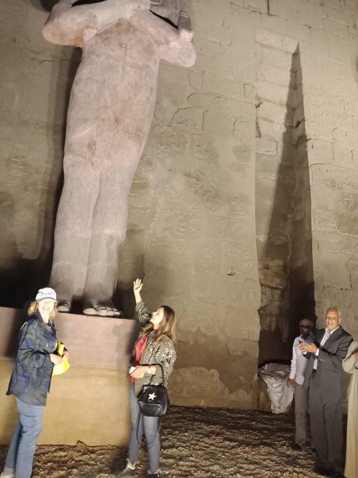يسرا وليلى علوي يلتقطان الصور التذكارية  مع تمثل رمسيس الثاني بعد الكشف عنه.. صور