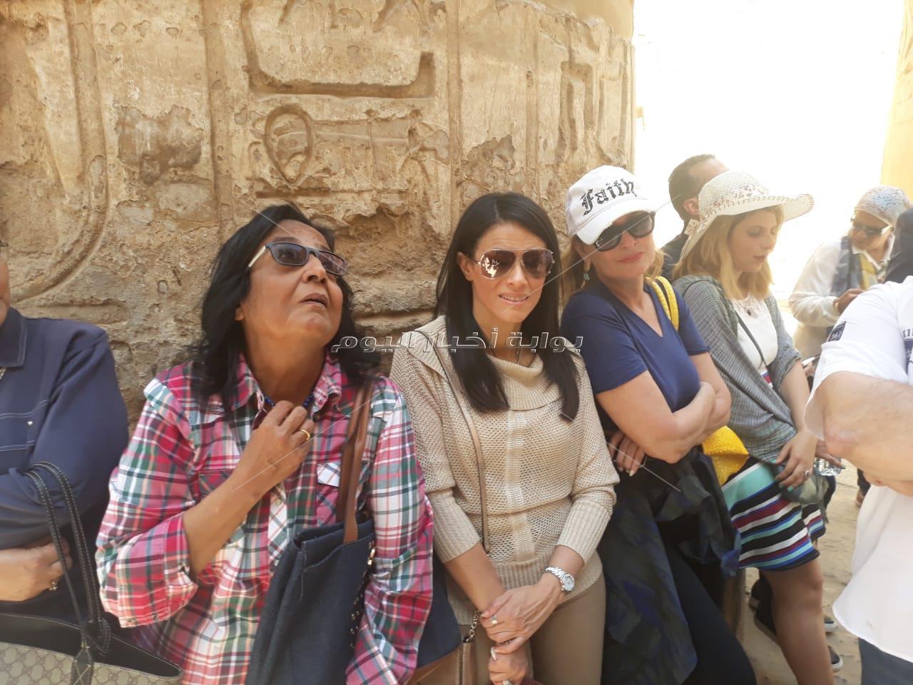وزير السياحة فى جولة مع البرلمانيين والفنانين بمعبد الكرنك