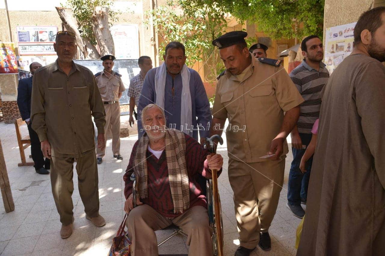 """محافظ أسيوط يصطحب عم """"ناثان """" ذو 83 عاماً الى داخل لجنة عصمت عفيفى"""