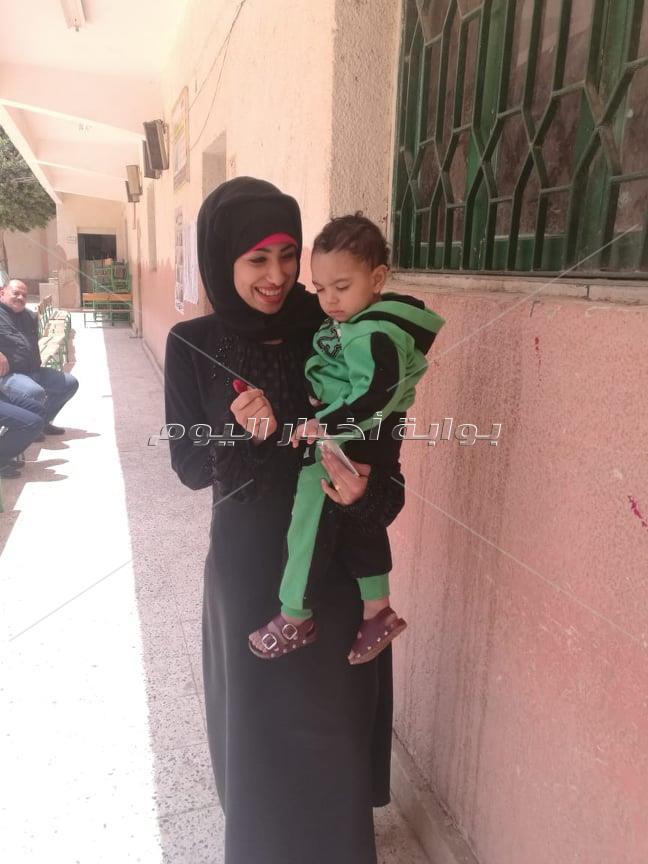 الأطفال تشارك في الاستفتاء بـ«البصمة الحمراء» و«الضحكة الحلوة»