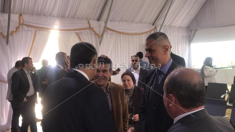 الطيار أحمد عادل يتفقد لجان الاستفتاء بمطار القاهرة