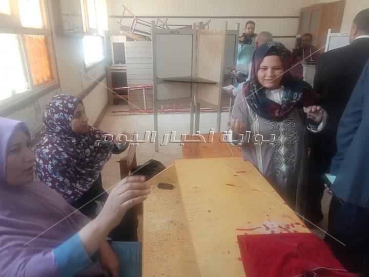 توافد الناخبين على لجان الاستفتاء ومتابعة لحظية لسير عملية التصويت من غرفة العمليات المركزية بأسيوط