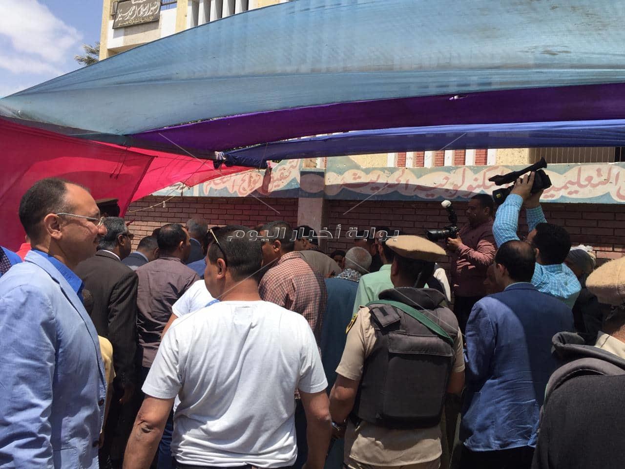 محافظ أسيوط يشيد باقبال المواطنين فى ديروط للمشاركه فى الاستفتاء