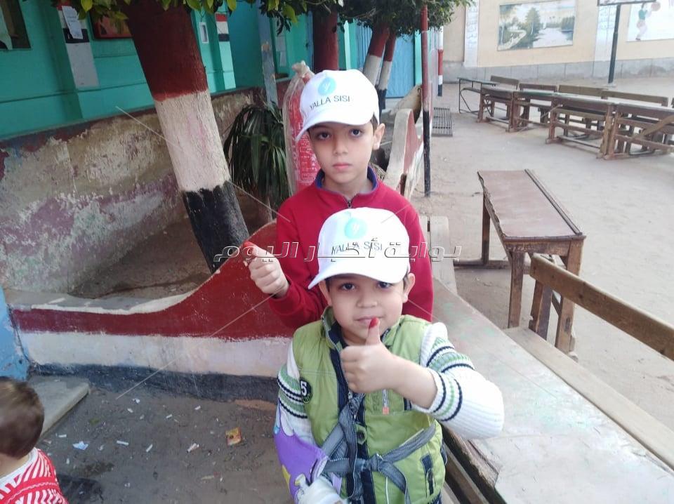 ابتسامات الأطفال في حب «الحبر الفسفوري»