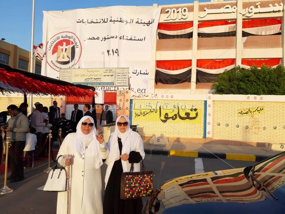 عبلة الكحلاوي تدلي بصوتها في التعديلات الدستورية بالتجمع الأول