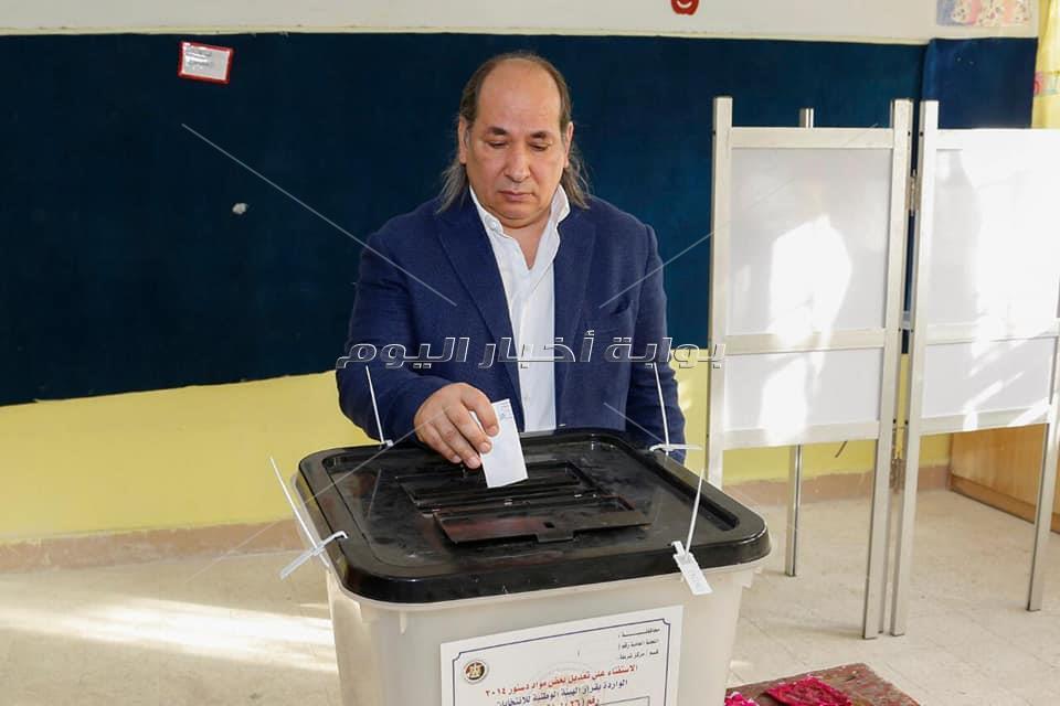 رئيس إقتصادية الوفد يدلي بصوته في الإستفتاء
