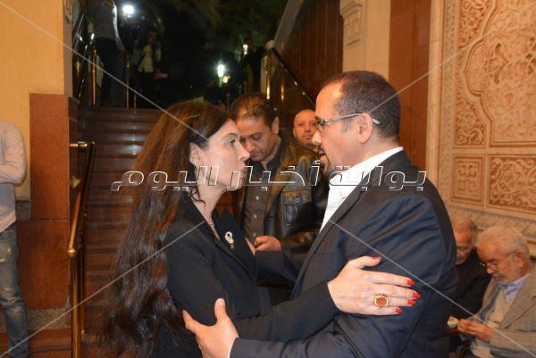 يسرا وعمرو أديب وحماقي والجداوي في عزاء والدة هشام عباس