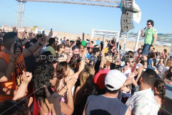 مصطفى حجاج يتألق بحفل «وايت بيتش» بحضور نهال عنبر