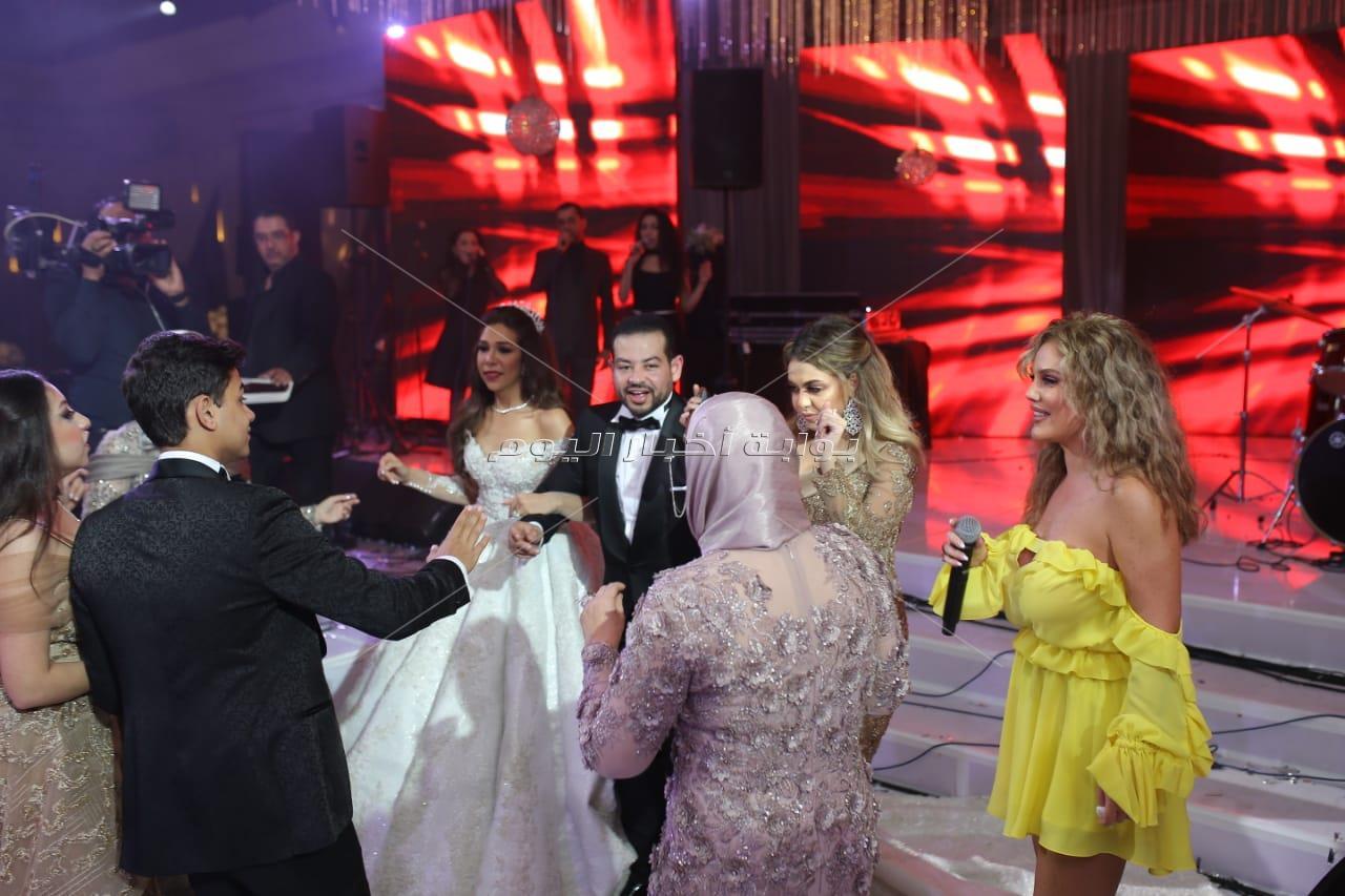 نيكول سابا تُشعل الرقصات في زفاف «الأمين ونسمة» بسواريه أصفر قصير