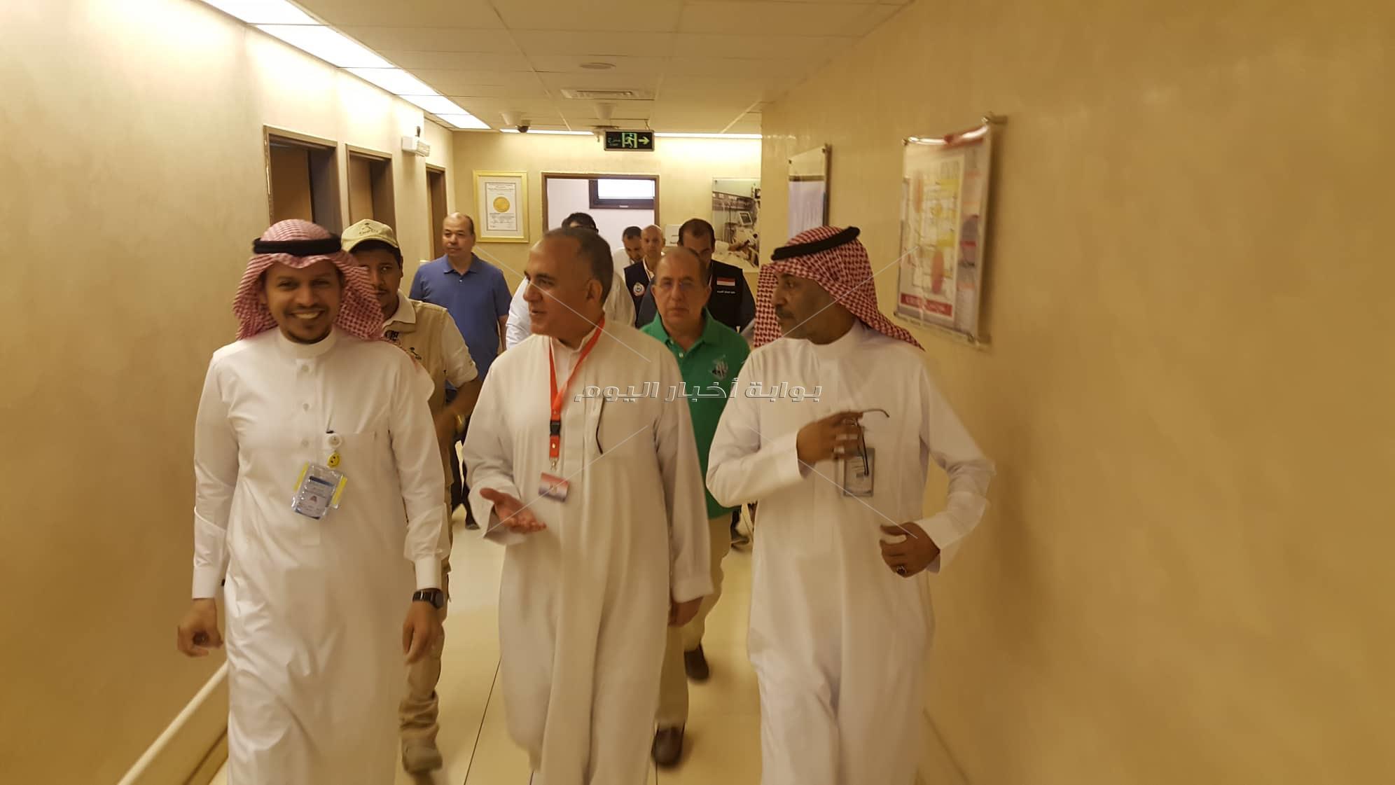 بالصور ..رئيس بعثة الحج المصرية يتفقد المرضى للاطمئنان عليهم