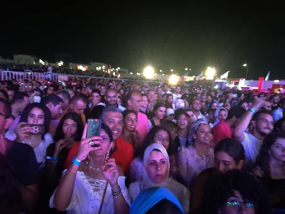 صور  حضور جماهيري كبير بحفل عمرو دياب في العلمين الجديدة