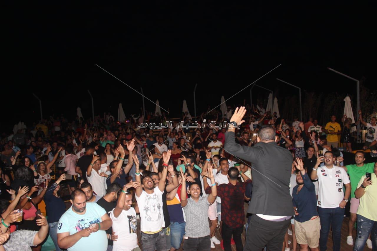 الليثي يتألق في حفل «كامل العدد» بالساحل الشمالي