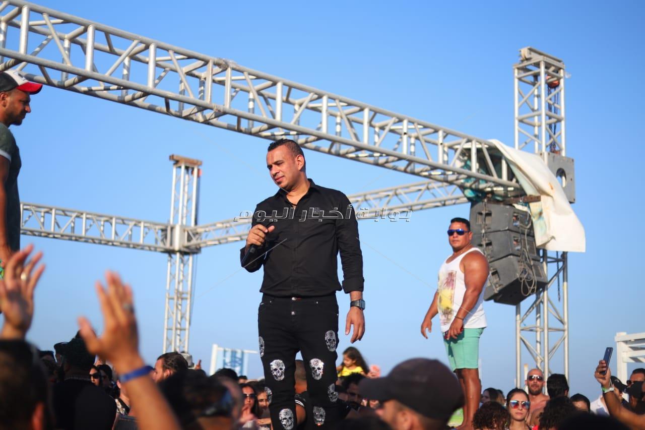 محمود الليثي يُشعل أجواء حفله بـ«الساحل»