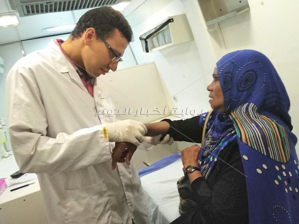 إجراء الكشف الطبى والعلاج المجانى