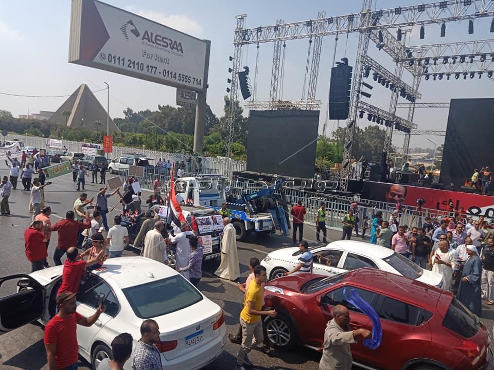تزايد أعداد المصريين أمام المنصة لتأييد الرئيس السيسي