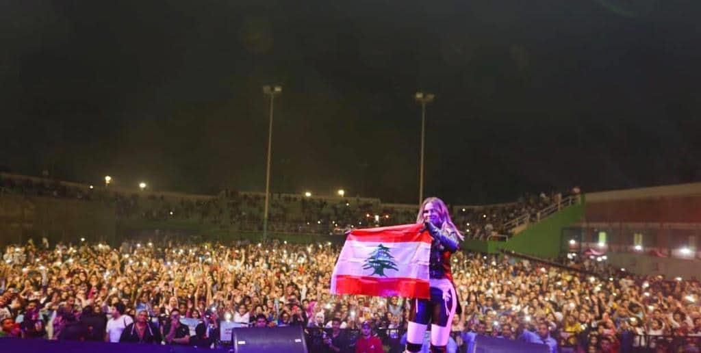 نيكول سابا ترفع العلم اللبناني