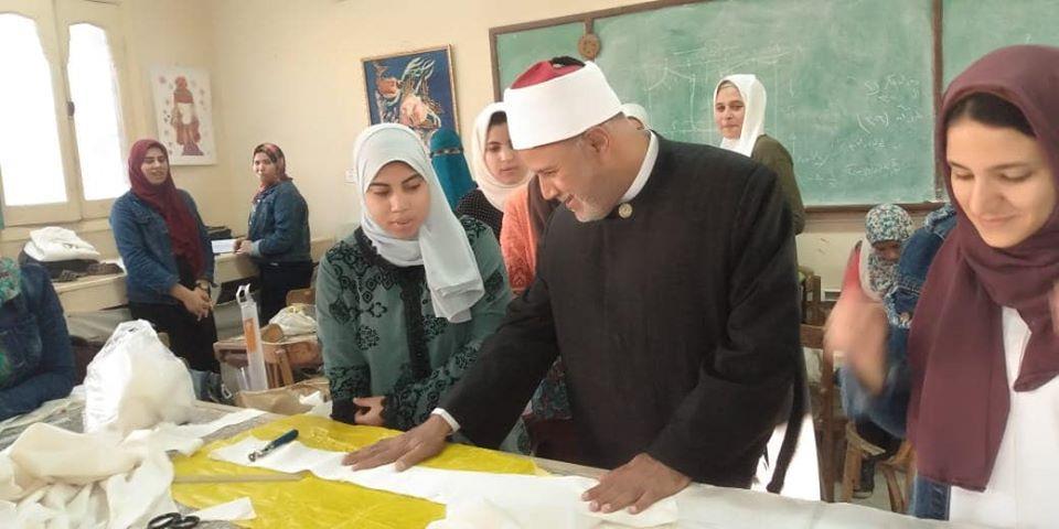 طالبة بكلية الاقتصاد المنزلي تهدي نائب رئيس الجامعة لوحة فنية للإمام الأكبر