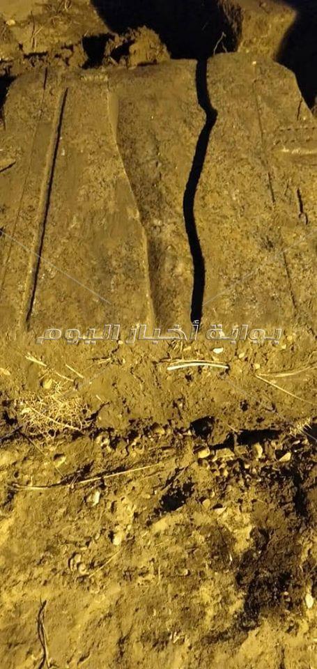 كتل أثرية ضخمة مغمورة في المياه الجوفية بمنطقة ميت رهينة