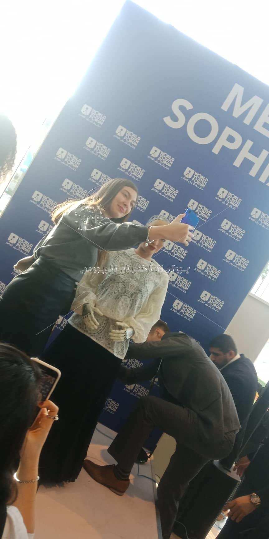 الروبوت «صوفيا» تجذب رواد منتدى شباب العالم