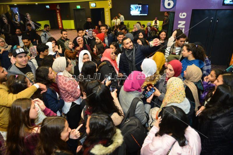 الشرنوبي وجميلة عوض ومي الغيطي يشاهدون «بنات ثانوي» مع الجمهور