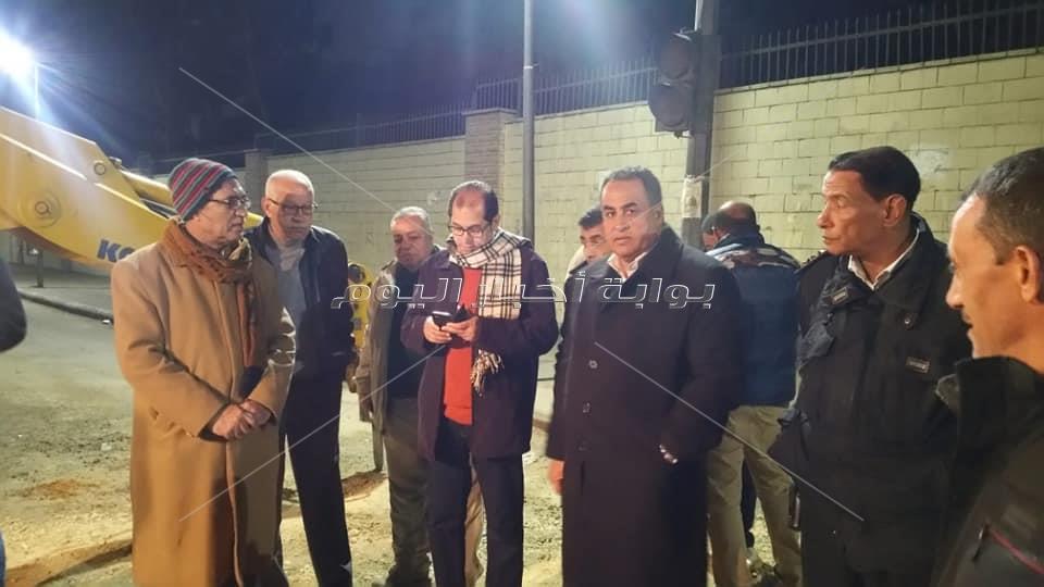 نائب رئيس جامعة الأزهر يتابع إصلاح ماسورة أمام المدينة الجامعية