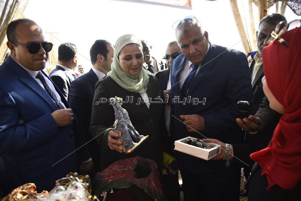 وزيرة التضامن الاجتماعي ترتدي (الطرحه الواحاتي) خلال زيارتها الي الوادي الجديد