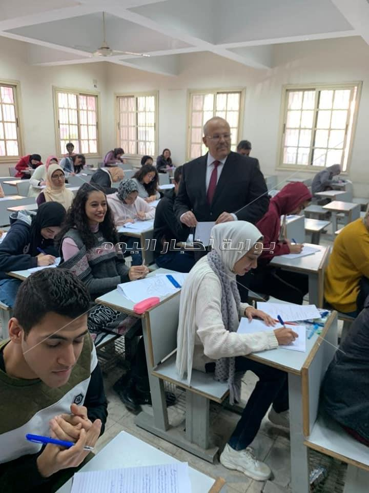 رئيس جامعة القاهرة يتفقد ختام ماراثون امتحانات مائتي الف طالب