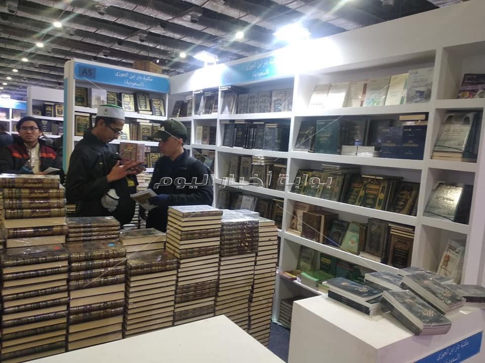 على كل شكل ولون.. معرض القاهرة الدولي للكتاب يشهد توافد الجنسيات المختلفة