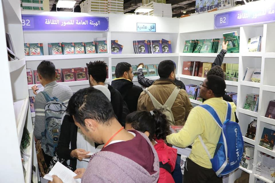 تزايد أعداد الجمهور على جناح قصور الثقافة بمعرض الكتاب